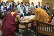 Его Святейшество Далай-лама подписывает книги для членов группы из Вьетнама в течение первого дня встречи в конференц-зале своей резиденции. Дхарамсала, Индия. 25 мая 2016 г. Фото: Тензин Чойджор (офис ЕСДЛ)