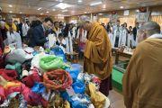 Его Святейшество Далай-лама благословляет четки и другие ритуальные предметы в начале второго дня встречи с группой из Вьетнама. Дхарамсала, Индия. 26 мая 2016 г. Фото: Тензин Чойджор (офис ЕСДЛ)