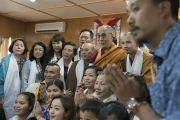 В завершение двухдневного диалога с группой из Вьетнама Его Святейшество Далай-лама сфотографировался на память с участниками встречи. Дхарамсала, Индия. 26 мая 2016 г. Фото: Тензин Чойджор (офис ЕСДЛ)