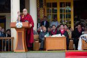 Его Святейшество Далай-лама выступает с речью на торжественной церемонии приведения к присяге сикьонга Лобсанга Сенге. Дхарамсала, Индия. 27 мая 2016 г. Фото: Тензин Чойджор (офис ЕСДЛ)