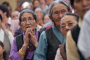 Верующие почтительно встречают Его Святейшество Далай-ламу, прибывшего в главный тибетский храм на торжественную церемонию приведения к присяге сикьонга Лобсанга Сенге. Дхарамсала, Индия. 27 мая 2016 г. Фото: Тензин Чойджор (офис ЕСДЛ)