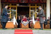 Главный судья Центральной тибетской администрации Каргью Дхондуп приводит к присяге сикьонга Лобсанга Сенге в присутствии Его Святейшества Далай-ламы. Дхарамсала, Индия. 27 мая 2016 г. Фото: Тензин Чойджор (офис ЕСДЛ)