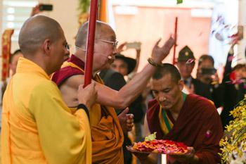 Далай-лама принял участие в торжественном открытии вьетнамского буддийского храма в Калифорнии