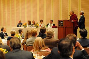 Далай-лама прочел публичную лекцию о сострадании и глобальной ответственности