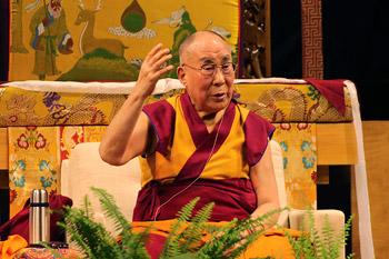 В Боулдере Далай-лама провел учения по поэме геше Лангри Тангпы «Восемь строф о преобразовании ума» и прочел публичную лекцию об образовании сердца и ума