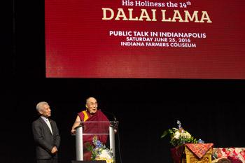 Далай-лама принял участие в обсуждении светской этики в образовании и прочел публичную лекцию «Сострадание – основа мира во всем мире»