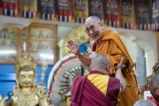 Его Святейшество Далай-лама приветствует собравшихся в главном тибетском храме в начале первого дня трехдневных учений для тибетской молодежи. Дхарамсала, Индия. 1 июня 2016 г. Фото: Тензин Чойджор (офис ЕСДЛ)