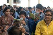 Слушатели читают текст во время первого дня трехдневных учений для тибетской молодежи. Дхарамсала, Индия. 1 июня 2016 г. Фото: Тензин Чойджор (офис ЕСДЛ)