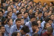 Сурагч хүүхдүүд Дээрхийн Гэгээнтний номын айлдварыг сонсож байгаа нь. Энэтхэг, Дарамсала хот. 2016.06.01. Гэрэл зургийг Тэнзин Чойжор (ДЛО)