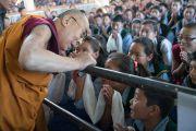 Дээрхийн Гэгээнтэн Далай Лам дуганд морилох зуураа сурагч хүүхдүүдтэй уулзав. Энэтхэг, Дарамсала хот. 2016.06.01. Гэрэл зургийг Тэнзин Чойжор (ДЛО)
