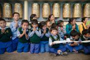Бага ангийн сурагч хүүхдүүд Дээрхийн Гэгээнтэн Далай Ламын номын айлдварт суув. Энэтхэг, Дарамсала хот. 2016.06.01. Гэрэл зургийг Тэнзин Чойжор (ДЛО)