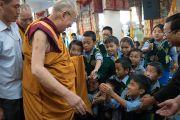 Его Святейшество Далай-лама приветствует тибетских школьников, ожидающих его в храме Калачакры, в начале первого дня трехдневных учений для тибетской молодежи. Дхарамсала, Индия. 1 июня 2016 г. Фото: Тензин Чойджор (офис ЕСДЛ)
