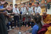 Перед началом учений в главном тибетском храме студенты проводят показательный философский диспут. Дхарамсала, Индия. 1 июня 2016 г. Фото: Тензин Чойджор (офис ЕСДЛ)