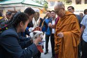 Дээрхийн Гэгээнтэн Далай Ламыг төвөд сурагчид уламжлалт ёсоор угтав. Энэтхэг, Дарамсала хот. 2016.06.01. Гэрэл зургийг Тэнзин Чойжор (ДЛО)