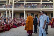 Дээрхийн Гэгээнтэн Далай Лам номын айлдвар дууссаны дараа хүрэлцэн ирсэн хүмүүстэй салах ёс хийв. Энэтхэг, Дарамсала хот. 2016.06.01. Гэрэл зургийг Тэнзин Чойжор (ДЛО)