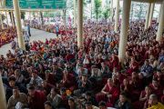 Слушатели ожидают, когда Его Святейшество Далай-лама спустится во двор главного тибетского храма по окончании первого дня трехдневных учений для тибетской молодежи. Дхарамсала, Индия. 1 июня 2016 г. Фото: Тензин Чойджор (офис ЕСДЛ)