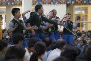 Перед началом учений тибетские школьники проводят показательный философский диспут. Дхарамсала, Индия. 2 июня 2016 г. Фото: Тензин Чойджор (офис ЕСДЛ)