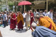 Его Святейшество Далай-лама направляется в свою резиденцию по окончании второго дня трехдневных учений для тибетской молодежи. Дхарамсала, Индия. 2 июня 2016 г. Фото: Тензин Чойджор (офис ЕСДЛ)