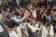 Верующие почтительно провожают Его Святейшество Далай-ламу, поднося белые шарфы-хадаки по окончании заключительного дня трехдневных учений для тибетской молодежи. Дхарамсала, Индия. 3 июня 2016 г. Фото: Тензин Чойджор (офис ЕСДЛ)