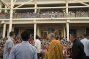 Дээрхийн Гэгээнтэн Далай Лам төвөдийн сурагч нарт зориулсан гурван өдрийн номын айлдвраа өндөрлөсний дараа цугласан олонтой гар даллан салах ёс хийв. Энэтхэг, Дарамсала хот, Зүглаг Хан дуган. 2016.06.03. Гэрэл зургийг Тэнзин Чойжор (ДЛО)