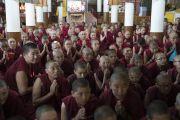 Тибетские монахини ожидают Его Святейшество Далай-ламу в храме Калачакры в начале первого дня трехдневных учений по поэме «Бодхичарья-аватара». Дхарамсала, Индия. 7 июня 2016 г. Фото: Тензин Чойджор (офис ЕСДЛ)