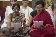Члены индийской ассоциации «Наланда Шикша», организовавшей трехдневные учения по поэме «Бодхичарья-аватара», читают молитву, сопровождающую ритуал подношения Его Святейшеству Далай-ламе в начале первого дня учений в главном тибетском храме. Дхарамсала, Индия. 7 июня 2016 г. Фото: Тензин Чойджор (офис ЕСДЛ)