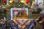 Его Святейшество Далай-лама смеется, отвечая на вопросы слушателей, переданные ему досточтимым профессором Самдонгом Ринпоче во время первого дня трехдневных учений по поэме «Бодхичарья-аватара». Дхарамсала, Индия. 7 июня 2016 г. Фото: Тензин Чойджор (офис ЕСДЛ)