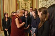 Его Святейшество Далай-лама приветствует стажеров в ходе визита в Конгресс США. Вашингтон, округ Колумбия, США. 14 июня 2016 г. Фото: Сонам Зоксанг