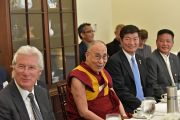 Ричард Гир, сикьонг (глава Центральной тибетской администрации) Лобсанг Сенге и бывший спикер тибетского парламента Пенпа Церинг, назначенный на должность представителя Центральной тибетской администрации в США, с Его Святейшеством Далай-ламой во время встречи с лидерами Конгресса США. Вашингтон, округ Колумбия, США. 14 июня 2016 г. Фото: Сонам Зоксанг
