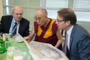 Его Святейшество Далай-лама рассматривает карту вместе с председателем Национального фонда демократии Мартином Фростом и конгрессменом от штата Иллинойс Питером Роскамом во время торжественного приема в Национальном фонде демократии. Вашингтон, округ Колумбия, США. 15 июня 2016 г. Фото: Скотт Хенриксен