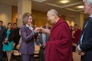 Его Святейшество Далай-лама приветствует лидера демократического меньшинства в Палате представителей Конгресса США Нэнси Пелоси в начале встречи в Национальном фонде демократии. Вашингтон, округ Колумбия, США. 15 июня 2016 г. Фото: Скотт Хенриксен