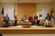 Его Святейшество Далай-лама проводит беседу «Демократия и надежда» с юными лидерами в Национальном фонде демократии. Вашингтон, округ Колумбия, США. 15 июня 2016 г. Фото: Сонам Зоксанг