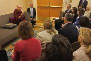 Его Святейшество Далай-лама проводит аудиенцию для группы людей, перед тем как отправиться на встречу «Женщины – лидеры с сострадательным сердцем». Анахайм, штат Калифорния, США. 17 июня 2016 г. Фото: Джереми Рассел (офис ЕСДЛ)