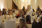 Участница встречи «Женщины – лидеры с сострадательным сердцем» задает вопрос Его Святейшеству Далай-ламе. Анахайм, штат Калифорния, США. 17 июня 2016 г. Фото: Джереми Рассел (офис ЕСДЛ)