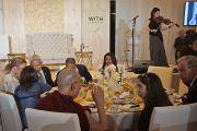 Его Святейшество Далай-лама во время выступления Кристин Лиен в начале завтрака с участницами встречи «Женщины – лидеры с сострадательным сердцем». Анахайм, штат Калифорния, США. 17 июня 2016 г. Фото: Джереми Рассел (офис ЕСДЛ)