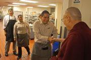 Перед выездом в буддийский храм  Dieu Ngu Его Святейшество Далай-лама приветствует работников кухни отеля, в котором он остановился. Анахайм, штат Калифорния, США. 18 июня 2016 г. Фото: Джереми Рассел (офис ЕСДЛ)