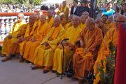 Старшие монахи вьетнамского храма Dieu Ngu слушают публичную лекцию Его Святейшества Далай-ламы. Вестминстер, штат Калифорния, США. 18 июня 2016 г. Фото: Джереми Рассел (офис ЕСДЛ)
