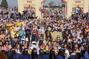 Собравшиеся слушатели встречают Его Святейшество Далай-ламу по прибытии в буддийский храм Dieu Ngu. Вестминстер, штат Калифорния, США. 18 июня 2016 г. Фото: Джереми Рассел (офис ЕСДЛ)