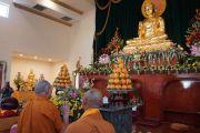 Его Святейшество Далай-лама возносит молитвы у алтаря буддийского храма Dieu Ngu. Вестминстер, штат Калифорния, США. 18 июня 2016 г. Фото: Джереми Рассел (офис ЕСДЛ)