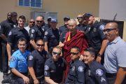 Его Святейшество Далай-лама сфотографировался с сотрудниками местной полицейской службы во время торжественной церемонии открытия вьетнамского буддийского храма Дзе Нгу (Dieu Ngu). Вестминстер, штат Калифорния, США. 19 июня 2016 г. Фото: Джереми Рассел (офис ЕСДЛ)