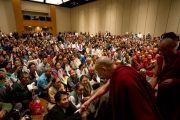 Его Святейшество Далай-лама приветствует членов Тибетской Ассоциации Южной Калифорнии в начале встречи, прошедшей в отеле в Анахайме. Анахайм, штат Калифорния, США. 19 июня 2016 г. Фото: Дон Фарбер