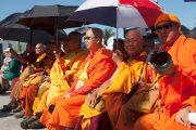 Участники торжественной церемонии открытия вьетнамского буддийского храма Дзе Нгу (Dieu Ngu) прячутся под зонтиками от палящих лучей солнца. Вестминстер, штат Калифорния, США. 19 июня 2016 г. Фото: Барбара Дью