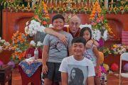 Его Святейшество Далай-лама фотографируется с тремя юными участниками интерактивной беседы, прошедшей в рамках торжественной церемонии открытия вьетнамского буддийского храма Дзе Нгу (Dieu Ngu). Вестминстер, штат Калифорния, США. 19 июня 2016 г. Фото: Джереми Рассел (офис ЕСДЛ)