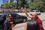 Его Святейшество Далай-лама приветствует собравшихся по прибытии в Капитолий штата Калифорния. Сакраменто, штат Калифорния, США. 20 июня 2016 г. Фото: Джереми Рассел (офис ЕСДЛ)