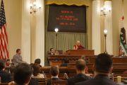Его Святейшество Далай-лама выступает с речью на заседании легислатуры штата Калифорния. Сакраменто, штат Калифорния, США. 20 июня 2016 г. Фото: Джереми Рассел (офис ЕСДЛ)