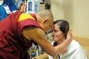 Его Святейшество Далай-лама утешает пациентку в Институте по изучению рака им. Дж. Хантсмана. Солт-Лейк-Сити, штат Юта, США. 21 июня 2016 г. Фото: Том Гоурли