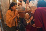 Его Святейшество Далай-лама приветствует пожилую тибетскую женщину в холле своего отеля в начале первого дня визита в Солт-Лейк-Сити. Солт-Лейк-Сити, штат Юта, США. 21 июня 2016 г. Фото: Джереми Рассел (офис ЕСДЛ)