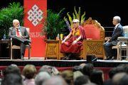 Его Святейшество Далай-лама отвечает на вопросы слушателей публичной лекции, переданные ему президентом Университета Юты Дэвидом Першингом. Солт-Лейк-Сити, штат Юта, США. 21 июня 2016 г. Фото: Том Гоурли