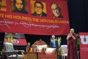 Поднявшись на сцену зала Huntsman Center в Университете Юты, Его Святейшество Далай-лама приветствует верующих в начале публичной лекции, на которую прибыло более 11 000 человек. Солт-Лейк-Сити, штат Юта, США. 21 июня 2016 г. Фото: Джереми Рассел (офис ЕСДЛ)