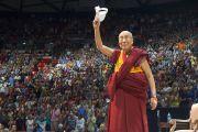 Его Святейшество Далай-лама машет слушателям рукой по окончании публичной лекции в Университете Юты. Солт-Лейк-Сити, штат Юта, США. 21 июня 2016 г. Фото: Джереми Рассел (офис ЕСДЛ)